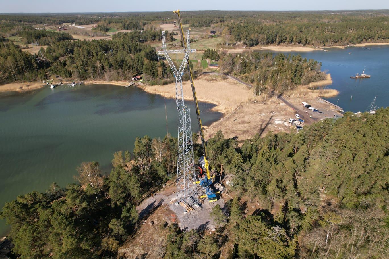 50 metriä korkeat voimajohtopylväät nostettiin Rymättylässä, kuva: Havator